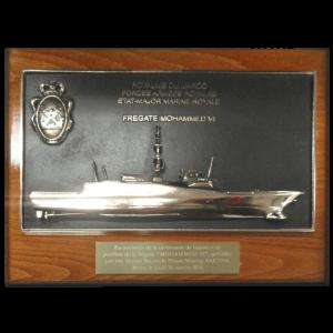Matière : Bronze Socle : Bois Hauteur totale 310 mm Plaque remise lors de la cérémonie officielle de l'inauguration de la Frégate Mohamed VI à Brest